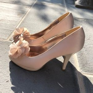 Unlisted Cream Flower Pumps